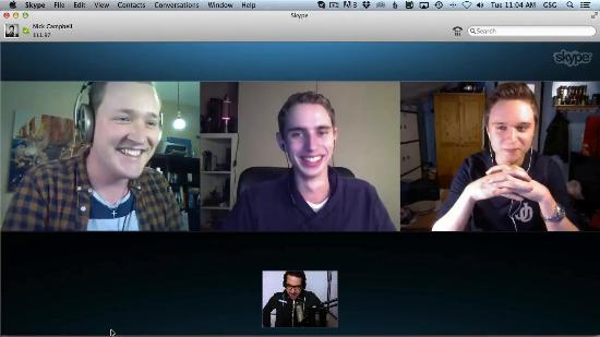 Nick Campbell intervjuas av tre studenter